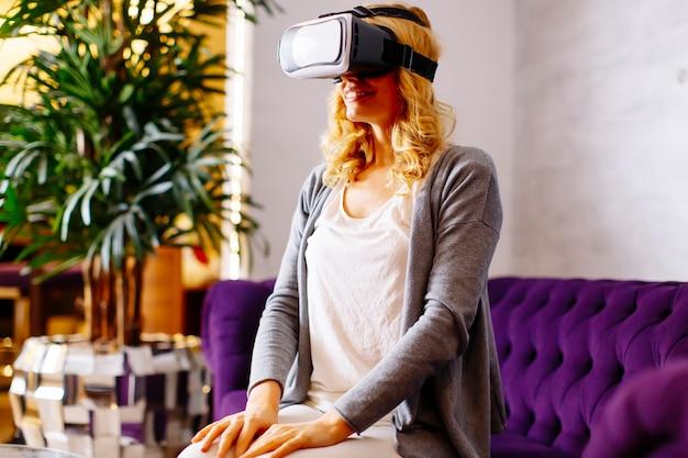 Tragende sehvermögensschutzbrillen der virtuellen frau der virtuellen frau des anziehens und des aufpassens des videos Premium Fotos