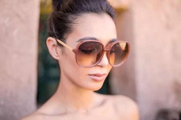 Tragende sonnenbrille der modernen frau