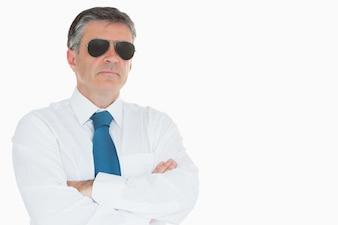 Tragende Sonnenbrille des Geschäftsmannes