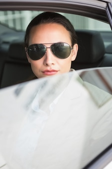 Tragende sonnenbrillen der frau, die kamera betrachten