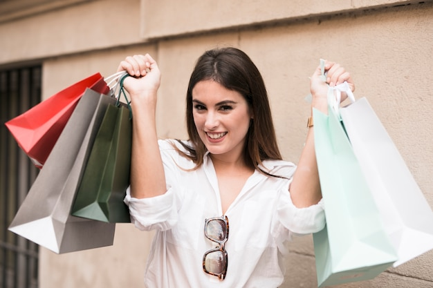 Tragende taschen des einkaufenmädchens