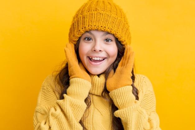 Tragende winterkleidung des kleinen mädchens des smiley