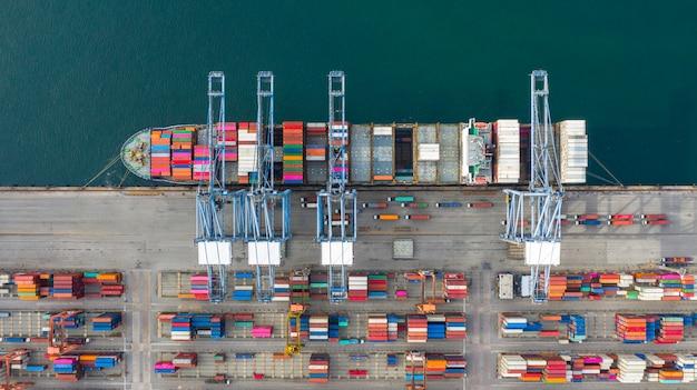 Tragender behälter des vogelperspektivecontainerschiffs im importexportgeschäft logistisch und im transport.