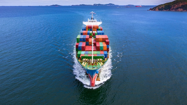 Tragender behälter des vogelperspektivecontainerschiffs im importexportgeschäft.