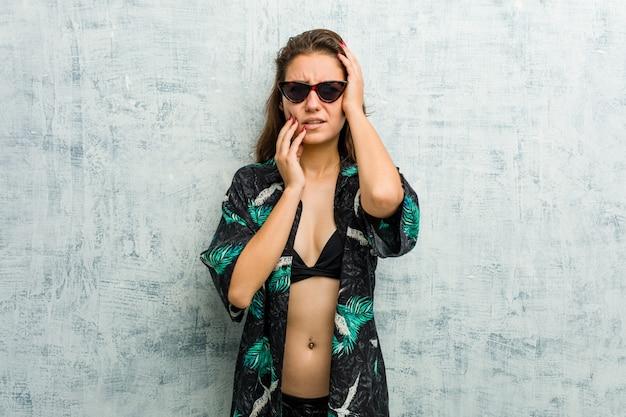 Tragender bikini der jungen europäischen frau, der trostlos jammert und schreit.