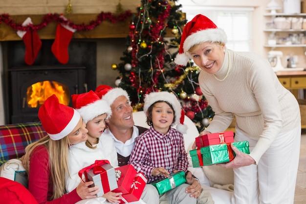Tragender hut der familie weihnachtsbeihalten von geschenken
