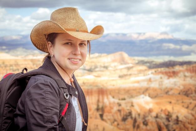Tragender hut der frau, der bryce canyon, utah usa betrachtet