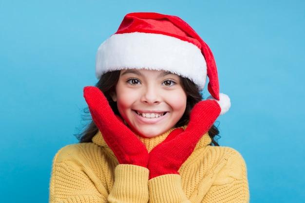 Tragender hut des kleinen mädchens des smiley weihnachts