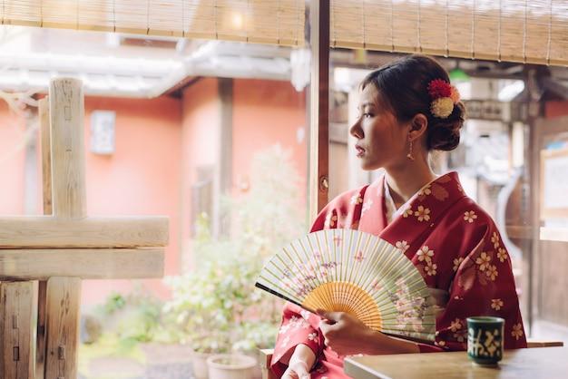 Tragender kimono der asiatin in japan