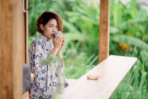Tragender kimono des jungen asiatischen mädchens