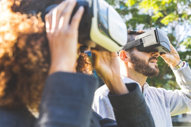 Tragender kopfhörer der virtuellen realität der geschäftsfrau und des mannes