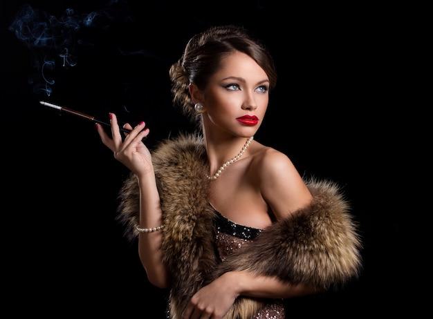 Tragender pelz der schönen, attraktiven frau