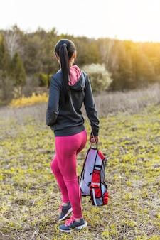 Tragender rucksack des exkursionsreisenden am berg