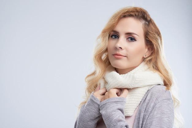Tragender schal der hübschen frau