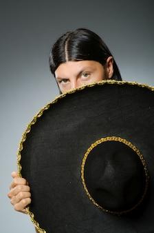 Tragender sombrero des jungen mexikanischen mannes