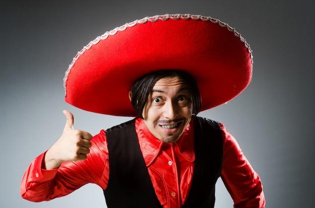 Tragender sombrerohut der person im lustigen konzept