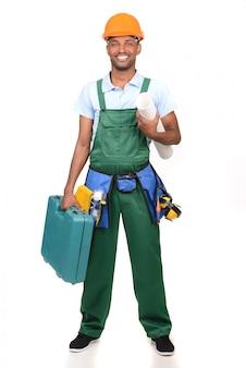 Tragender werkzeugkasten der afrikanischen männlichen arbeitskraft über weiß