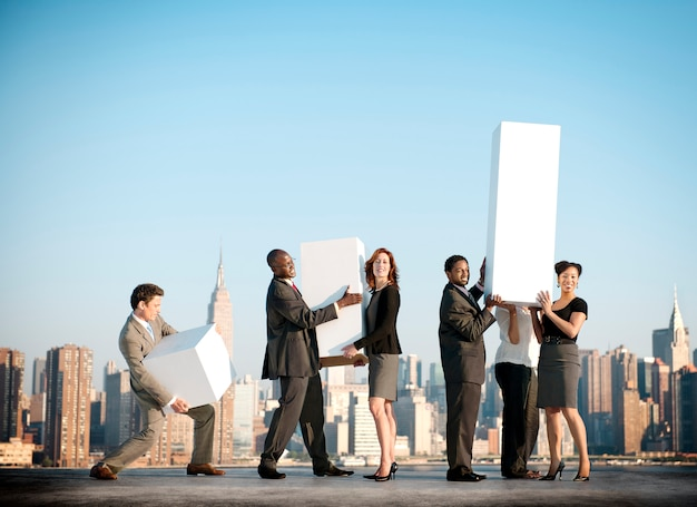 Tragendes geschäftskollegen-erfolgs-teamwork-konzept