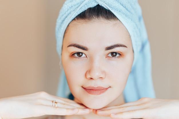 Tragendes haartuch der badekurorthautpflege-schönheitsfrau nach schönheitsbehandlung.
