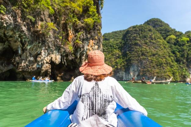 Tragendes hutsegeln waman im boot in thailand