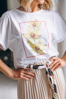 Tragendes t-shirt der hübschen frau