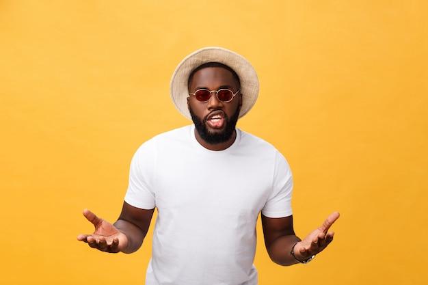 Tragendes weißes t-shirt des afroamerikanermannes, das laut schreit und schreit, um mit der hand auf mund mit seiten zu versehen.