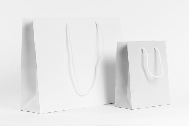 Tragetaschen aus weißem papier zum einkaufen