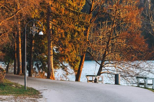 Trail oder straße auf dem bleder see, slowenien, europa. naturlandschaft mit herbstbäumen und see.