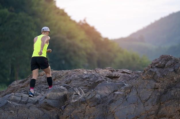 Trailrunning auf einer landstraße