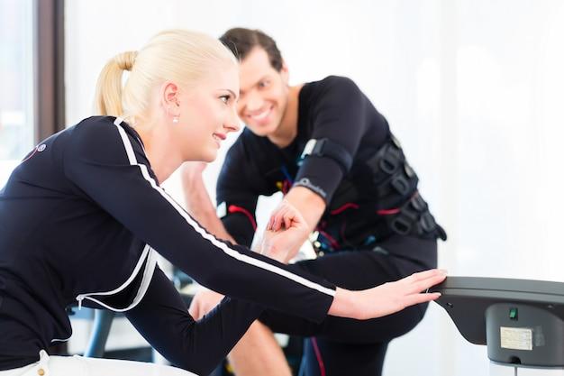 Trainer, der ems trainingslektionen gibt