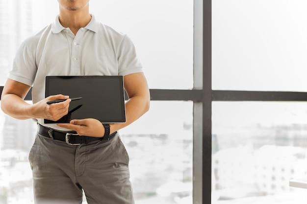 Trainer-mann zeigt und präsentiert heant care auf digitalem tablet and