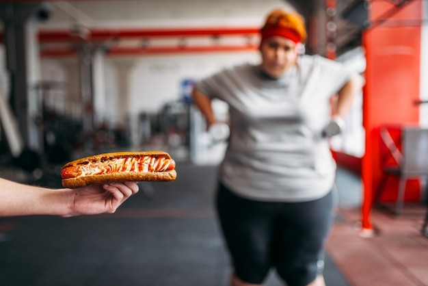 Trainer mit hotdog zwingt dicke frau zu trainieren