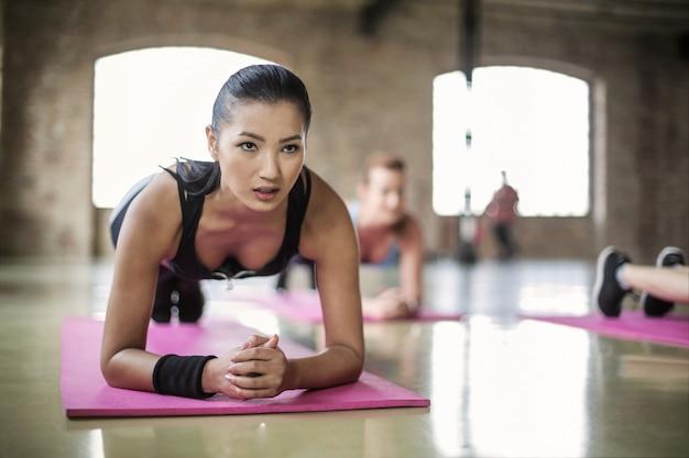 Trainieren sie in einem fitnesskurs