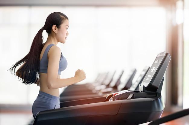 Training der jungen frau im gesunden lebensstil der turnhalle