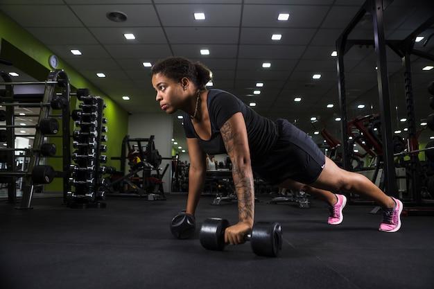 Training der jungen frau in der turnhalle