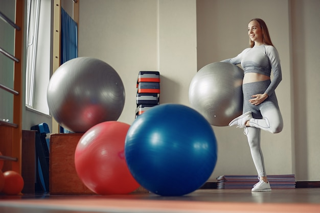 Training der schwangeren frau in einer turnhalle