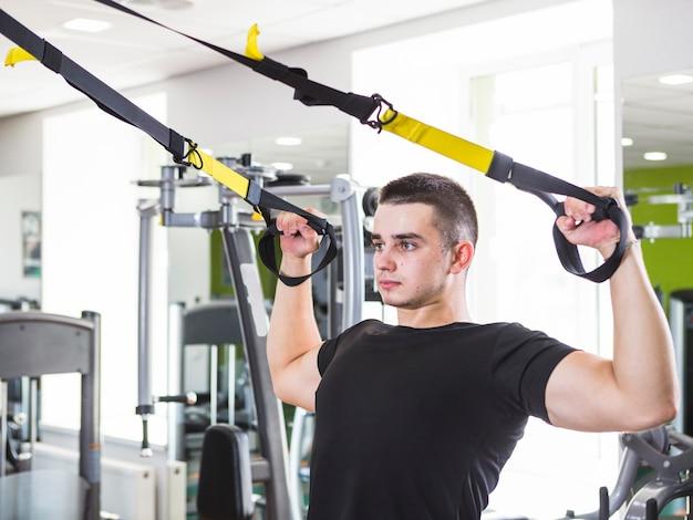 Training des jungen mannes in der turnhalle