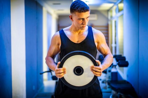 Training des jungen mannes mit gewichten