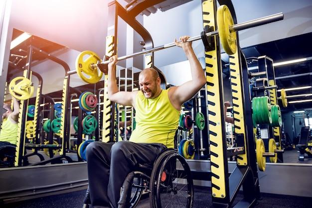 Training für behinderte männer im fitnessstudio des rehabilitationszentrums