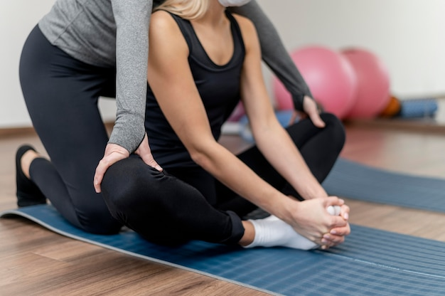 Training mit lotus-position des personal trainers