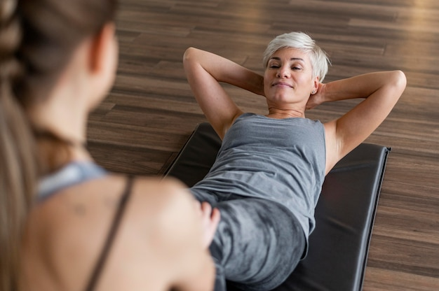 Training mit personal trainer high view crunches