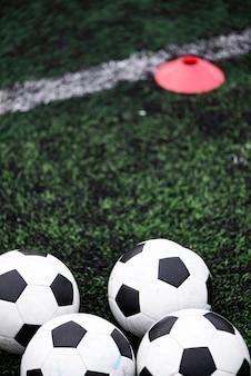 Trainingsbälle im grünen fußballplatz