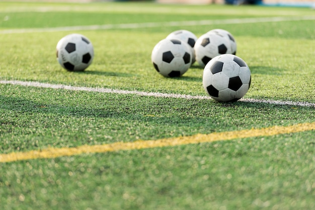 Trainingsball im grünen fußballplatz