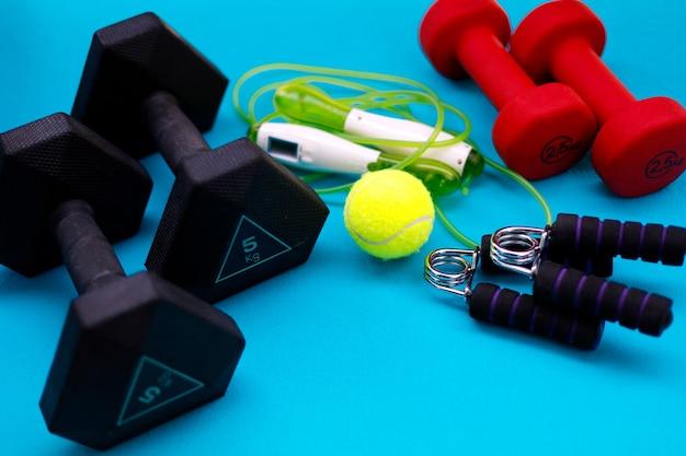 Trainingsgeräte. gewichte, springseil, tennisball, handgriffverstärker