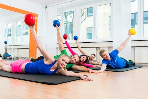 Trainingsgruppe in der turnhalle während der physiotherapie