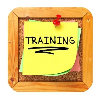 Trainingstext auf gelbem aufkleber auf cork bulletin