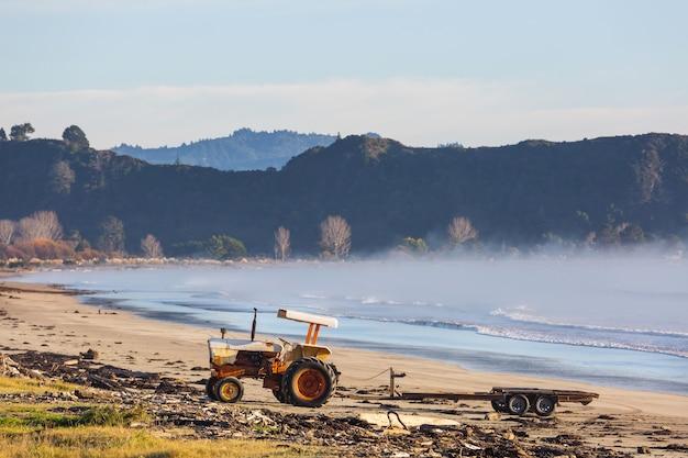 Traktor am strand in neuseeland