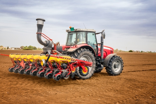 Traktor arbeitet im feld