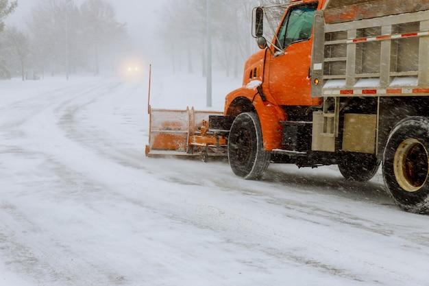 Traktor, der schnee von der wohnsiedlung im winter entfernt