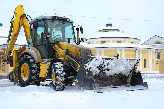 Traktor für die schneeräumung wird nach der arbeit auf einer stadtstraße geparkt